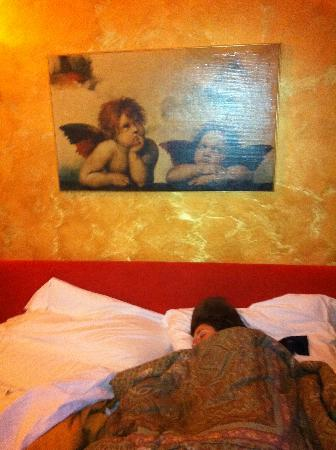Hotel Delle Tele: Sleeping like a baby under the cherubs!
