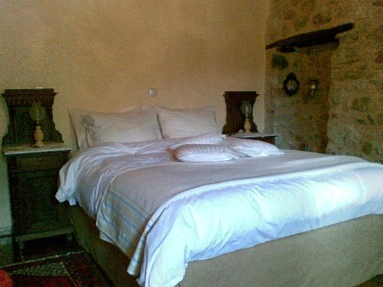 PROSELINOS Guesthouse: the bed
