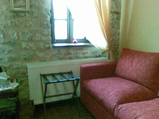 PROSELINOS Guesthouse: the red sofa