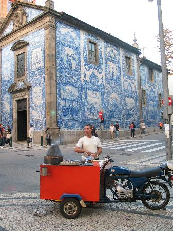 Hotel da Bolsa: street scene in Porto