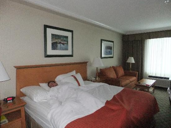 Holiday Inn Hotel & Suites North Vancouver: king bed (I was forced to lay there the whole day -> bed is very comfortable)