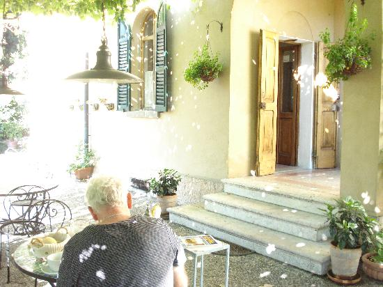 Casa Baldo B&B : Breakfast under the grape vines!