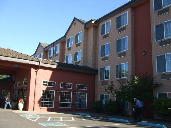 Phoenix Inn Suites Eugene: ホテルの外見