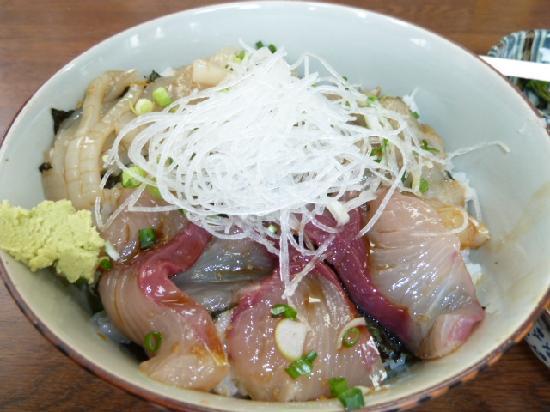 Hatsushima : 船着場の周りの店で、海鮮丼はおいしい。