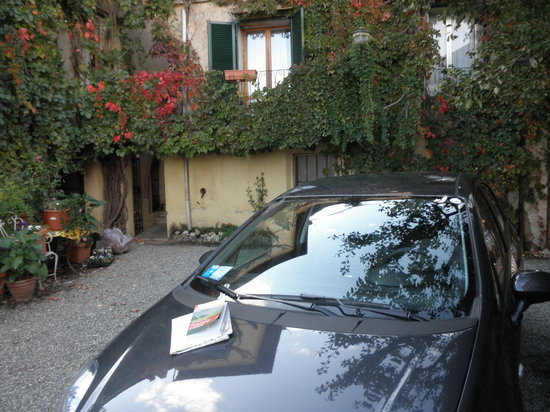 Albergo Il Marzocco: Small parking area for 2 compact cars