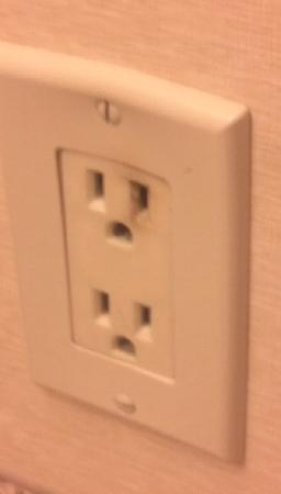 Holiday Inn St. Louis Airport: Burnt up outlet in bathroom