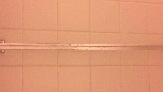 Holiday Inn St. Louis Airport: Rusty towel bar