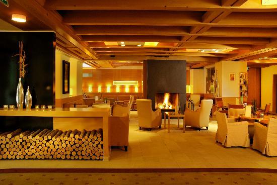 Theresia Gartenhotel: Gartenhotel Theresia****S Hotelhalle mit 2 offenen Kaminen