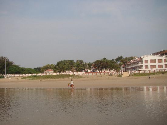 Sugati Beach Resort: view of resort from beach