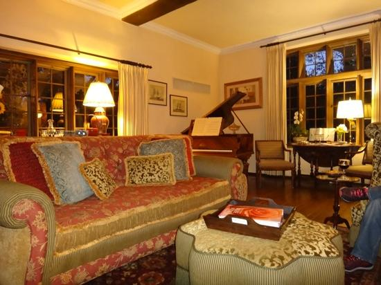 Old Monterey Inn: the guest lounge area where wine and nibbles are served