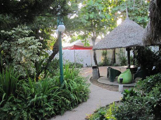 Villas Maria Fernanda: paths to the rooms, lush tropical plants everywhere