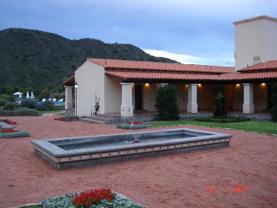 Vinas de Cafayate Wine Resort: Patio interno y pileta.