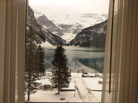 แฟร์มอนต์ ชาโตว์ เลคหลุยส์: View of LL from the window of our suite