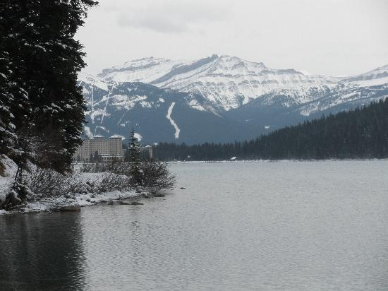 Fairmont Chateau Lake Louise: Looking back at hotel from end of main trail