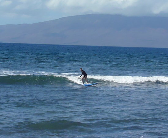 Paia, Hawái: Catching a wave.