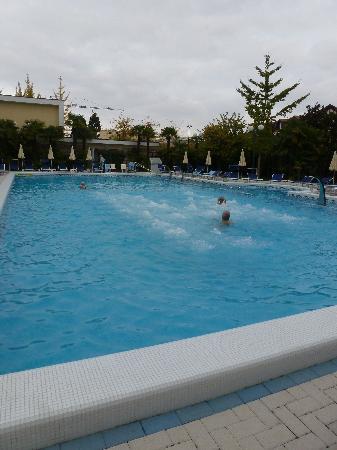 Grand Hotel Trieste & Victoria: piscina 27° con nuoto controcorrente
