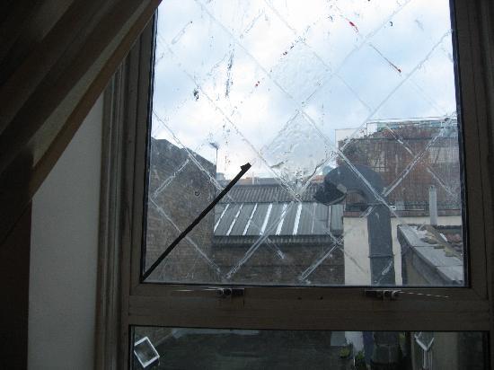 Camden Apartments London: fenêtre cassé, vue sur les déchets balancés sur le toit