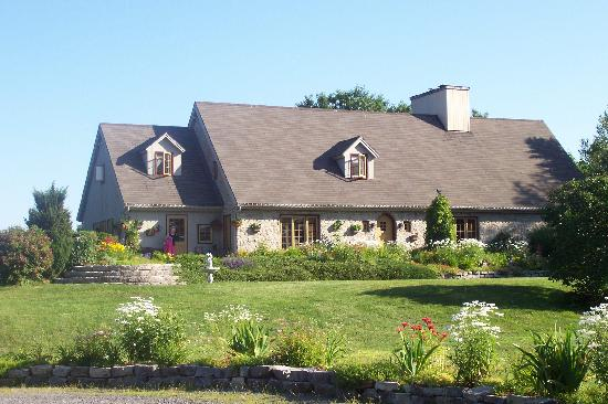 Dans les bras de Morphee B&B: Beautiful stone house and gardens.