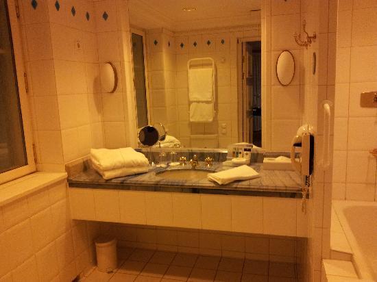 MJ's Hotel: Bathroom pic 2