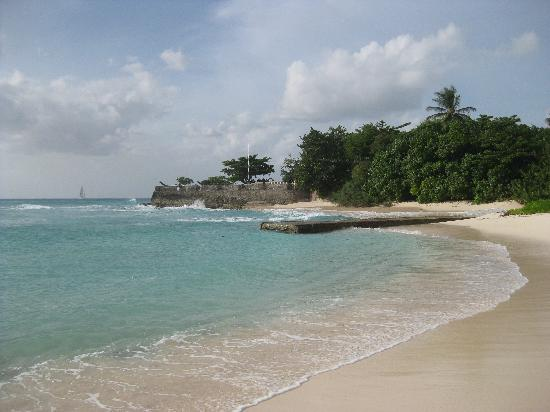 Hilton Barbados Resort: Beach with view of the Fort.