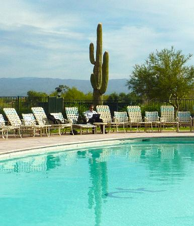 Rancho de los Caballeros: urban cowboy taking a break by the pool with his laptop