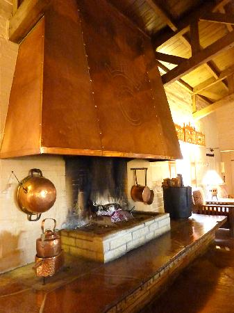Rancho de los Caballeros: fireplace in main lobby, loved the smell and coziness