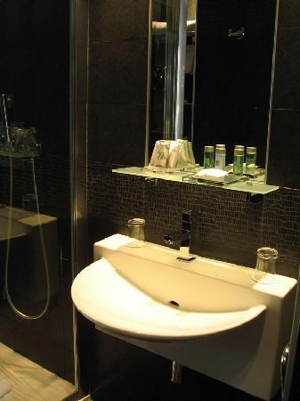 Hotel L'Adresse Paris: Baño