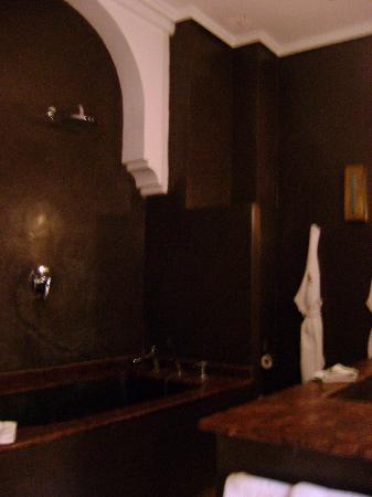 Riad Akka: bathroom