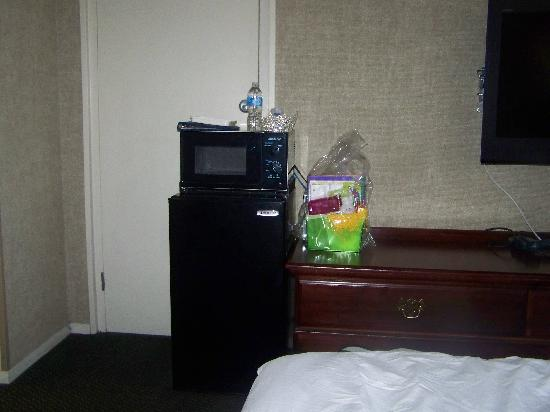 Quality Inn: Small room this is one side and then I turned around in the same spot and