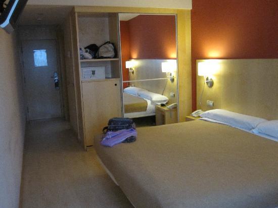 Sercotel Portales Hotel: Habitación muy amplia com cama King Size