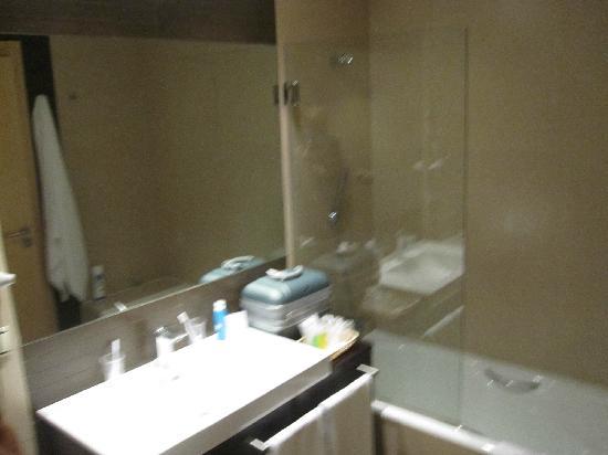 Sercotel Portales Hotel: Baño amplio, muy correcto i con accesorios