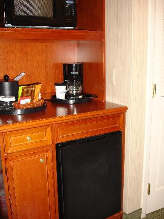 Hilton Garden Inn Portland/Lake Oswego: Coffee Station, Microwave & Fridge