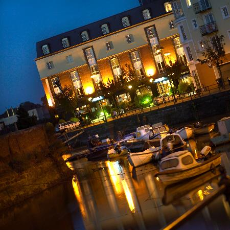 Waterford Marina Hotel: Hotel at night time from Scotch Quay