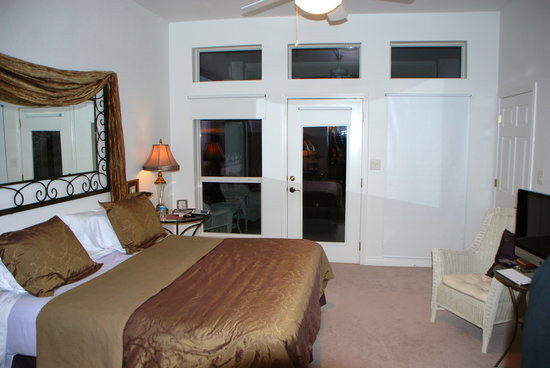 Sunset Ridge Bed and Breakfast: Sleeping area with private entrance