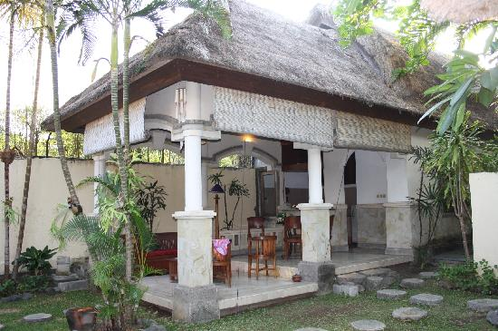The Seminyak Village: Outdoor kitchen and living room