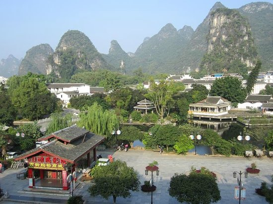 Yangshuo County, Chiny: View from Aiyuan Hotel of beautiful Yangshou