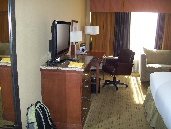 Hilton Knoxville: good LCD TV and work station