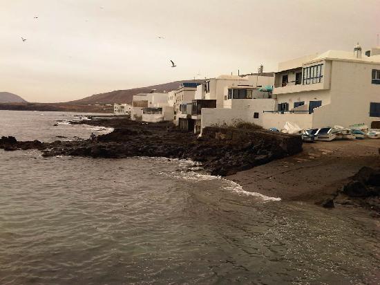 Los Pescaditos: Trasera de las terrazas con salida al mar en Arrieta
