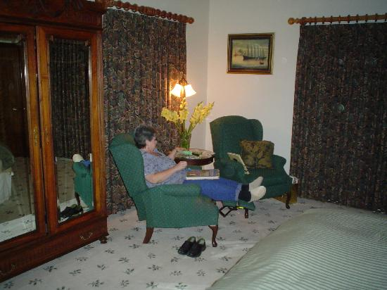 Ida-Home B&B: Twin recliners in Heritage Room