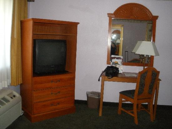 Siegel Suites Select Convention Center : tv area - next to it is a desk