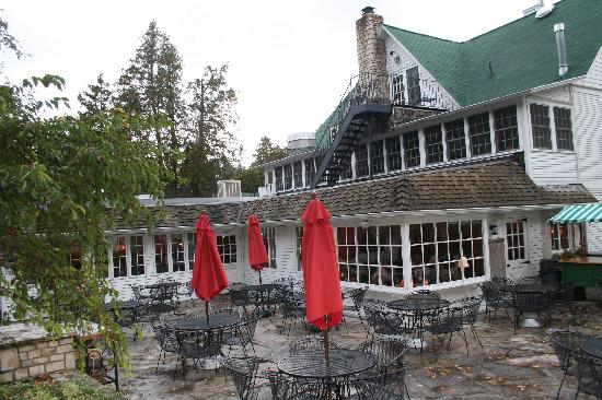 White Gull Inn: Primary building, outdoor fish boil setting and dinning room