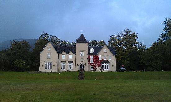Glenfinnan House Hotel: Front of hotel from the edge of Loch Shiel