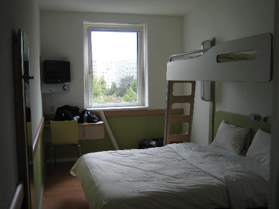 ‪‪Ibis Budget Berlin Alexanderplatz‬: View of room from door side‬
