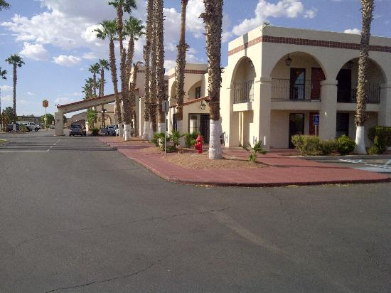 Ramada Las Cruces Hotel and Conference Center: Ramada Palms Exterior