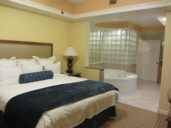 Guest room with queen size bed picture of marriott 39 s for Guest room bed size