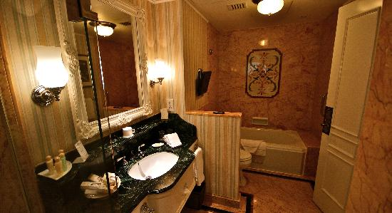 Hong Kong Disneyland Hotel: Kingdom Club Bathroom