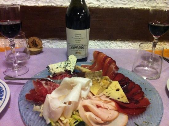 Champorcher, إيطاليا: antipasto valdostano e bottiglia di Fumin
