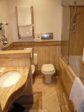 Hotel Plaza Opera: La salle de bains