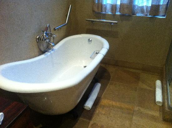 Afrique Boutique Hotel Ruimsig: nice deep tub.