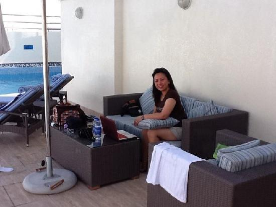 Grand Excelsior Hotel Al Barsha: Wifey enjoying wifi at the pool area